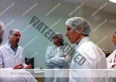 Jose Azpiazu de la Clínica Dermitek en el laboratorio de ácido hialurónico.