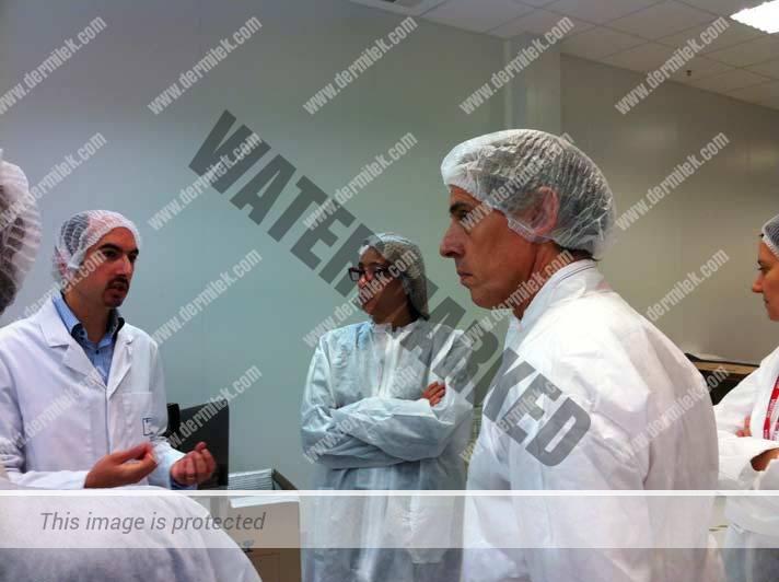 El Dr. Azpiazu visitando la fábrica de ácido hialurónico
