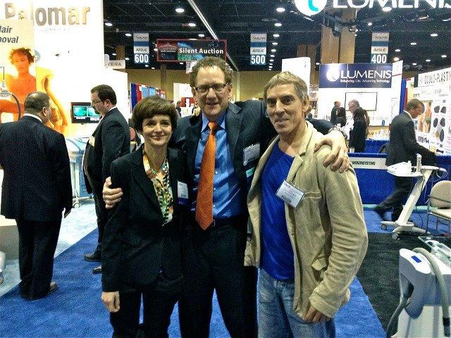 Foto: El Dr. Azpiazu y la Dra. Landa, en el Congreso de la Sociedad Americana de Láser Médico Quirúrgico, con el Dr. Eric Bernstein,Presidente del Congreso.