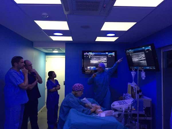 El Dr. Azpiazu explicando el tratamiento de varices gruesas con láser y sin cirugía