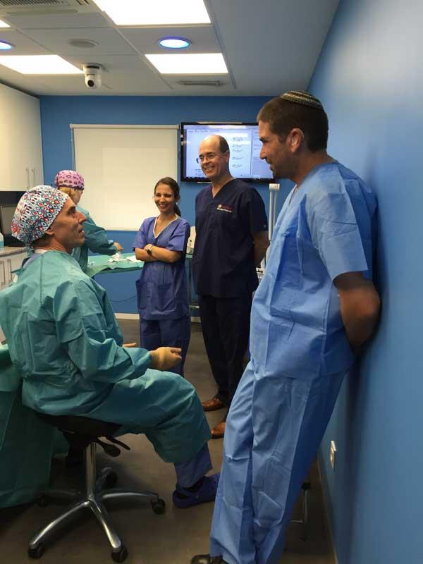 El Dr. Azpiazu explicando el tratamiento de varices con láser endovenoso