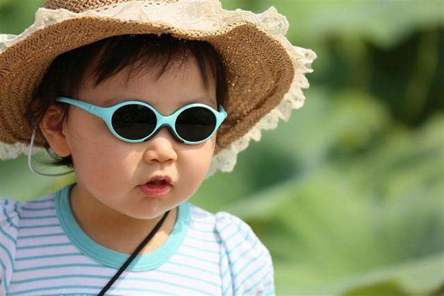 Proteger a los niños en verano del calor y del sol